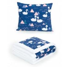 2-dílná sada - oboustranná dečka Velvet 75 x 100 cm s polštářkem - Labutě tm. modrá/bílá